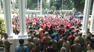 Aksi unjuk rasa ratusan aktivis dari Komunitas Pengurus Terminal Baranangsiang (KPTB) yang memprotes ungkapan Kadinsos Kota Bogor bahwa Terminal Baranangsiang sarang preman (dok. KM)