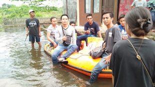 Paket sembako diantar kepada korban bencana banjir Samarinda menggunakan perahu karet (dok. KM)