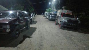 Sejumlah mobil terparkir disekitar penyebrangan sungai Gani Mulya, Sangkulirang, Kutai Timur, Kamis 13/6 petang (dok. KM)