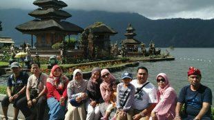 Wisatawan Asal Depok, Jawa Barat Saat Menikmati Daya Tarik Wisata Ulun Danu Beratan, Bali (dok. KM)