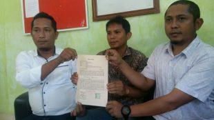 Direktur PT. Garba General, Jerri Kumbara (tengah) saat didampingi 2 orang kuasa hukumnya di Kabupaten Bangka, Kamis 1/8/2019 (dok. KM)