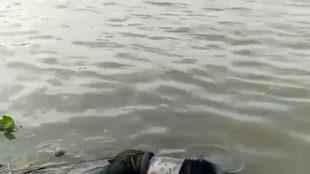 Mayat yang ditemukan terapung sebelum dievakuasi. Sumber: warga