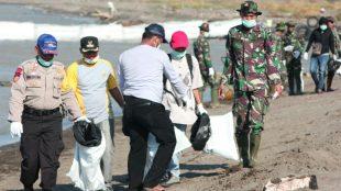 Aksi bersih-bersih di Pantai Bungin, Muaragembong, Kabupaten Bekasi, Minggu 18/8/2019 (dok. KM)