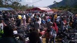Warga Desa Cisarua, Kecamatan Nanggung, beramai-ramai mendatangi TPS Pilkades, 3/11/2019 (dok. KM)