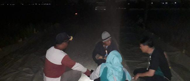 PPTK dan Konsultan saat mengukur kegiatan Kontraktor di TPU Desa Wanajaya, Kecamatan Cibitung, Kabupaten Bekasi, Selasa malam 3/12/2019 (dok. KM)
