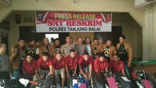 Konferensi pers Polres Tanjungbalai mengungkap kasus pencurian sepeda motor, Senin 9/12/2019 (dok. KM)
