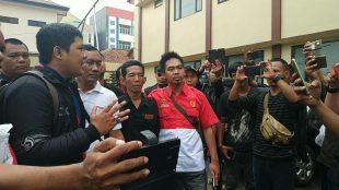 Pimred Kupas Merdeka Hero Akbar dan penasehat hukum Ruby Falahadi memberikan keterangan kepada wartawan di Mapolresta Bogor Kota, Senin 9/12/2019 (dok. KM)