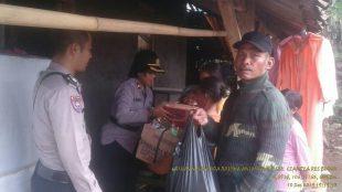 Kapolsek Ciampea Kompol Anak Agung Raka saat berikan bantuan kepada korban yang terkena dampak angin puting beliung (dok. KM)