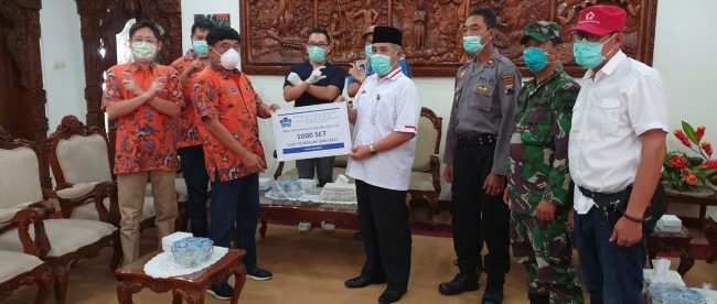 PSMTI Kebumen secara simbolis memberikan bantuan Alat Pelindung Diri/ APD kepada Bupati Kebumen Yazid Mahfudz di Kebumen, 10/4/2020 (dok. KM)