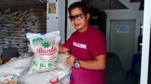 Andrian Sulin, Ketua WAHAPI Tanjungbalai melihat langsung merk dan jenis bantuan yang disalurkan Pemkot Tanjungbalai (dok. KM)