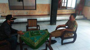 Kepala Desa Kawungkuwuk, Kecamatan Tanjungsiang, Subang, Adim, saat diwawancarai KM, Senin 4/5/2020 (dok. KM)