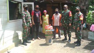 Babinsa Koramil Rumbai memberikan bantuan sembako kepada warga, Sabtu 23/5/2020 (dok. KM)