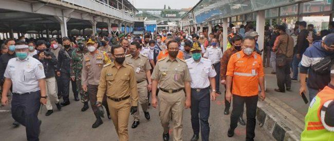 Wali Kota Bogor Bima Arya bersama Gubernur DKI Jakarta saat meninjau arus penumpang di Stasiun Bogor, Senin 15/6/2020 (dok. KM)