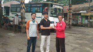 Perwakilan PERMABI menyerahkan secara simbolis sumbangan hand sanitizer kepada Komunitas Paguyuban Terminal Baranangsiang (KPTB), Kamis 18/6/2020 (dok. KM)