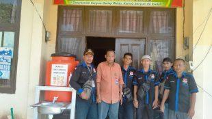 Rombongan aktivis dan jurnalis saat berkunjung ke kantor Desa Teluk Paman Timur, Kampar Kiri, Riau (dok. KM)