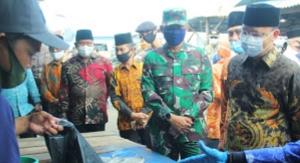 Gubernur Bengkulu Rohidin Mersyah berjumpa dengan para nelayan Bengkulu, Jumat 3/7/2020 (dok. MC Humas Pemprov Bengkulu)