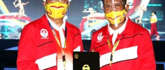 Gubernur Bengkulu saat menerima penghargaan dari Presiden Jokowi