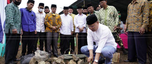 Gubernur Rohidin Mersyah saat melaksanakan peletakan batu pertama Ponpes Darul Ma'arif pada Selasa (15/09).