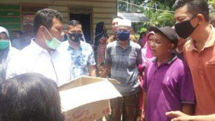 Warga menyerahkan mayat bayi baru lahir di dalam kotak kepada aparat kepolisian untuk dilakukan visum di rumah sakit di Pasaman Barat, Rabu 30/9/2020 (dok. KM)