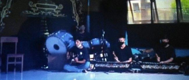 Pertunjukan seni musik siswa SMK Radita Putra yang disiarkan melalui layanan streaming (dok. KM)