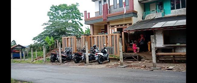 Konstruksi pagar milik PT. TJT di dekat rumah warga di Kp. Cukangaleh, Desa Ciherang Pondok, Caringin (dok. KM)