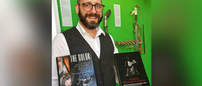 Deputi Direktur Klingen Museum, Jerman, Dr. Sixt Wetzler, memperlihatkan buku