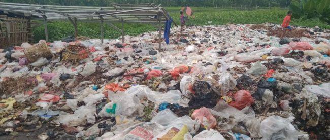 Sampah dari Pasar Pamarayan yang menumpuk di Kali Ciujung, Serang (dok. KM)