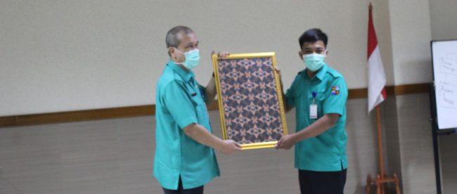 Dirut RSUD Kota Bogor dr. Ilham Chaidir menerima corak batik karya Aris Munandar, karyawan RSUD, sebagai batik resmi RSUD Kota Bogor (dok. KM)