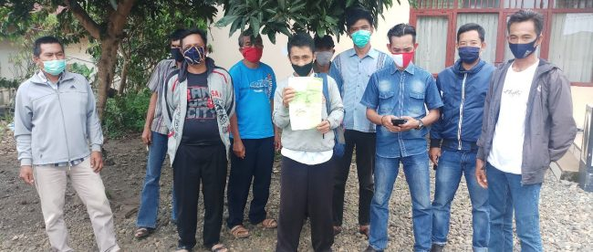Sejumlah warga Desa Bandar Agung Kec.Ulu Manna Kabupaten Bengkulu Selatan menunjukan Surat Tanda Terima Laporan Dari Kejari Bengkulu Selatan