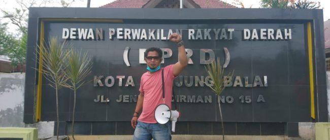 Mantan ketua HMI Tanjungbalai Andrian Sulin di depan Gedung DPRD Kota Tanjungbalai usai melakukan aksi tunggalnya, Jumat 9/10/2020 (dok. KM)