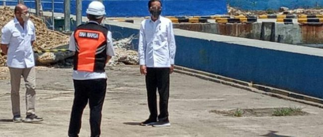 Presiden Joko Widodo memantau pembangunan terminal pelabuhan di Kabupaten Manggarai, NTT, Kamis 1/10/2020