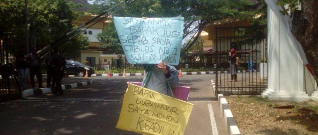 Aksi solo Madsari, warga Serang yang menuntut penyelesaian atas pengambilan hak tanahnya untuk pembangunan jalan raya oleh Pemkot Serang (dok. KM)