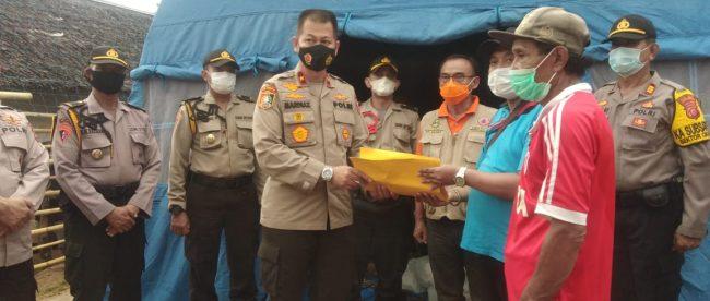 Suasana penyerahan bantuan oleh Brigjen Pol Mardiaz Khusin kepada korban bencana di Sukabumi, Jumat 9/10/2020 (dok. KM)
