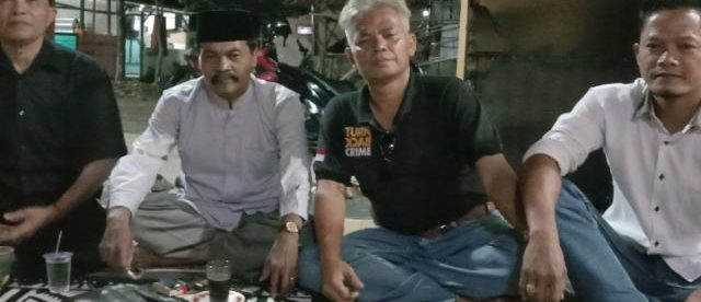 Karyama (tengah) bersama tokoh masyarakat Cibadak, ciampea (dok. KM)