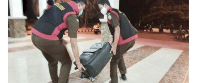 Tim Kejati NTT membawa dokumen yang disita dari kantor Bupati Manggara Barat, Senin 12/10/2020 (dok. KM)
