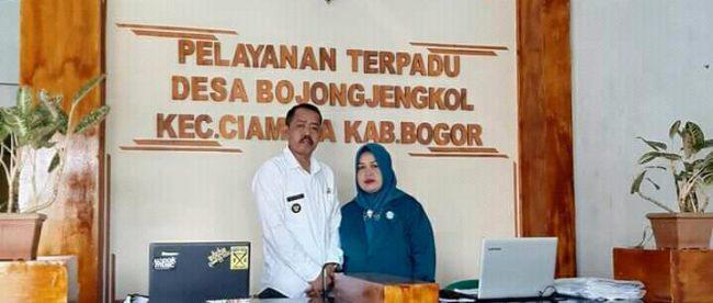 Kades Bojong Jengkol, Kecamatan Ciampea, Bogor, dan istrinya (dok. KM)