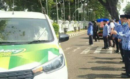 Bupati Subang menyerahkan 50 unit mobil Siaga Desa di halaman kantor Pemda Subang, Selatan 17/11 (dok. KM)