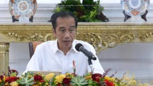 Presiden Joko Widodo memberikan pengantar pada Rapat Terbatas mengenai Laporan Komite Penanganan COVID-19 dan Pemulihan Ekonomi Nasional, Senin (16/11/2020), di Istana Merdeka, Jakarta.