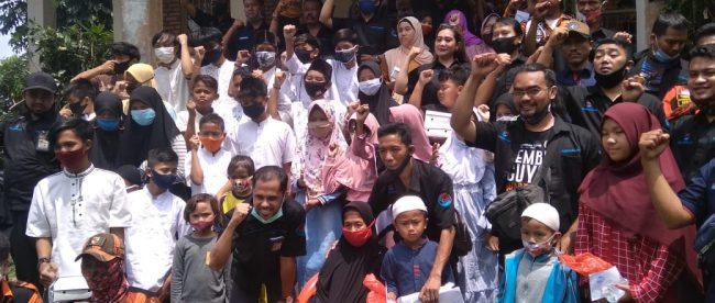 Redaksi dan wartawan KM bersama anak-anak yatim yang menerima santunan dalam acara perayaan HUT ke-6 dan Rakernas KM di Bogor, 10/11/2020 (dok. KM)