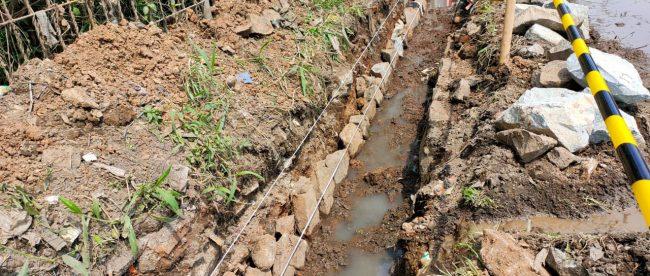 Pekerjaan saluran memakai batu bekas di Desa Mangun Jaya, Kecamatan Tambun Selatan, Kabupaten Bekasi (dok. KM)