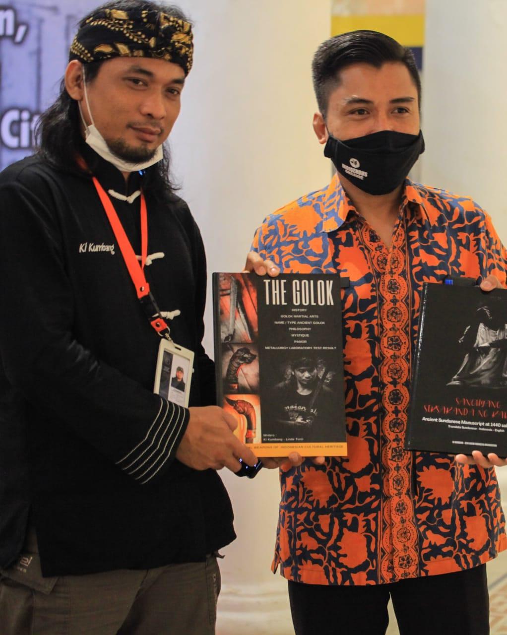 Kabid Kebudayaan Disdikbud Banten, Bara Hudaya saat menerima buku