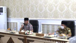 Gubernur Bengkulu Rohidin Mersyah didampingi Sekretaris Daerah memimpin rapat evaluasi situasi Covid-19,Selasa(15/12/2020)
