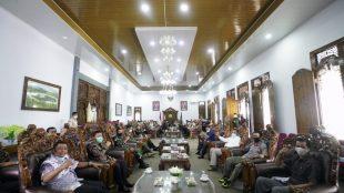 Gubernur Rohidin saat rapat terbatas di Rejang Lebong, Sabtu 19 Desember 2020.