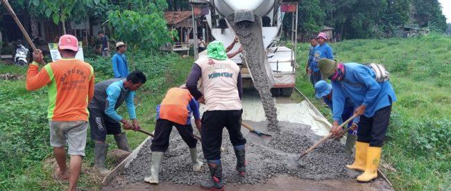 Pengecoran jalan desa di Dusun Cimahi, Desa Sidamulya, Subang (dok. KM)