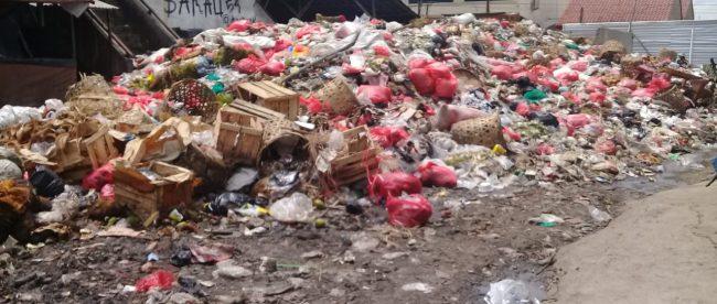 Potret sampah di Pasar Parungpanjang yang semakin menumpuk, Jumat siang 28/11/2020 (dok. Hari Setiawan Muhammad Yasin/KM)