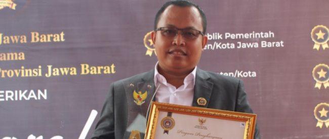 Ketua KPU Kota Bogor Samsudin saat menerima penghargaan, Kamis 3/12/2020 (dok. KM)