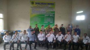Camat Tenjolaya bersama, Danramil, Wakapolsek, panitia dan 10 calon kades di Aula Kantor Kecamatan Tenjolaya, Sabtu 5/11/2020 (dok. KM)