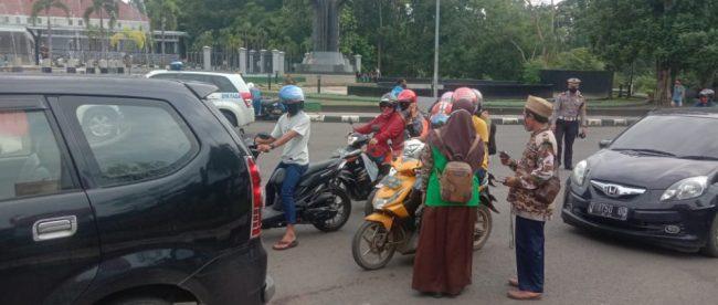 FKDT Subang Bagikan 3.000 Masker kepada pelintas, Senin 14/12/2020 (dok. KM)