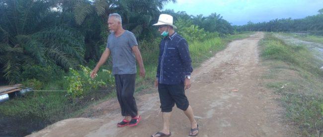 Editor: HJA Ahmad Hadianm anggota DPRD Provinsi Sumatera Utara (bertopi putih) ditemani warga saat meninjau daerah banjir di Sei Dua Hulu, Tanjungbalai, Selasa 14/12/2020 (dok. KM)