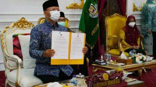 Gubernur Rohidin saat menerima LHP dari BPK